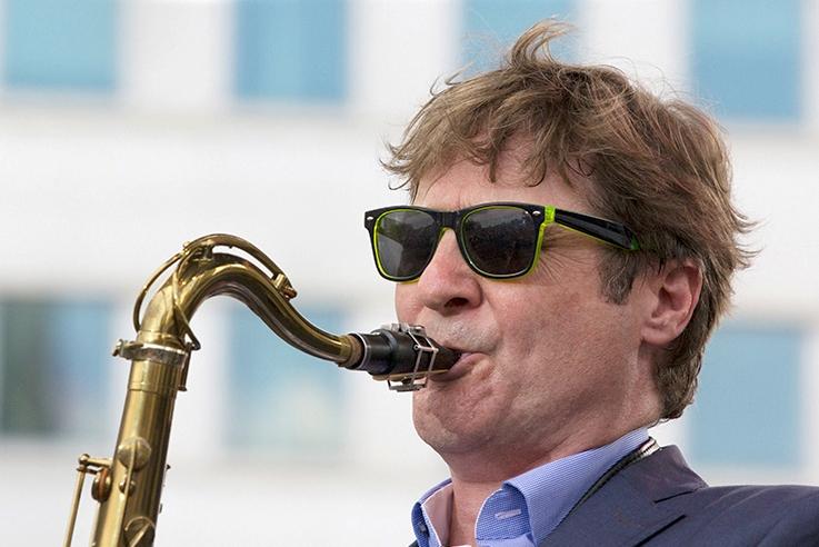 El miembro de The Rolling Stones Tim Ries colabora con Guillermo McGill en Bogui