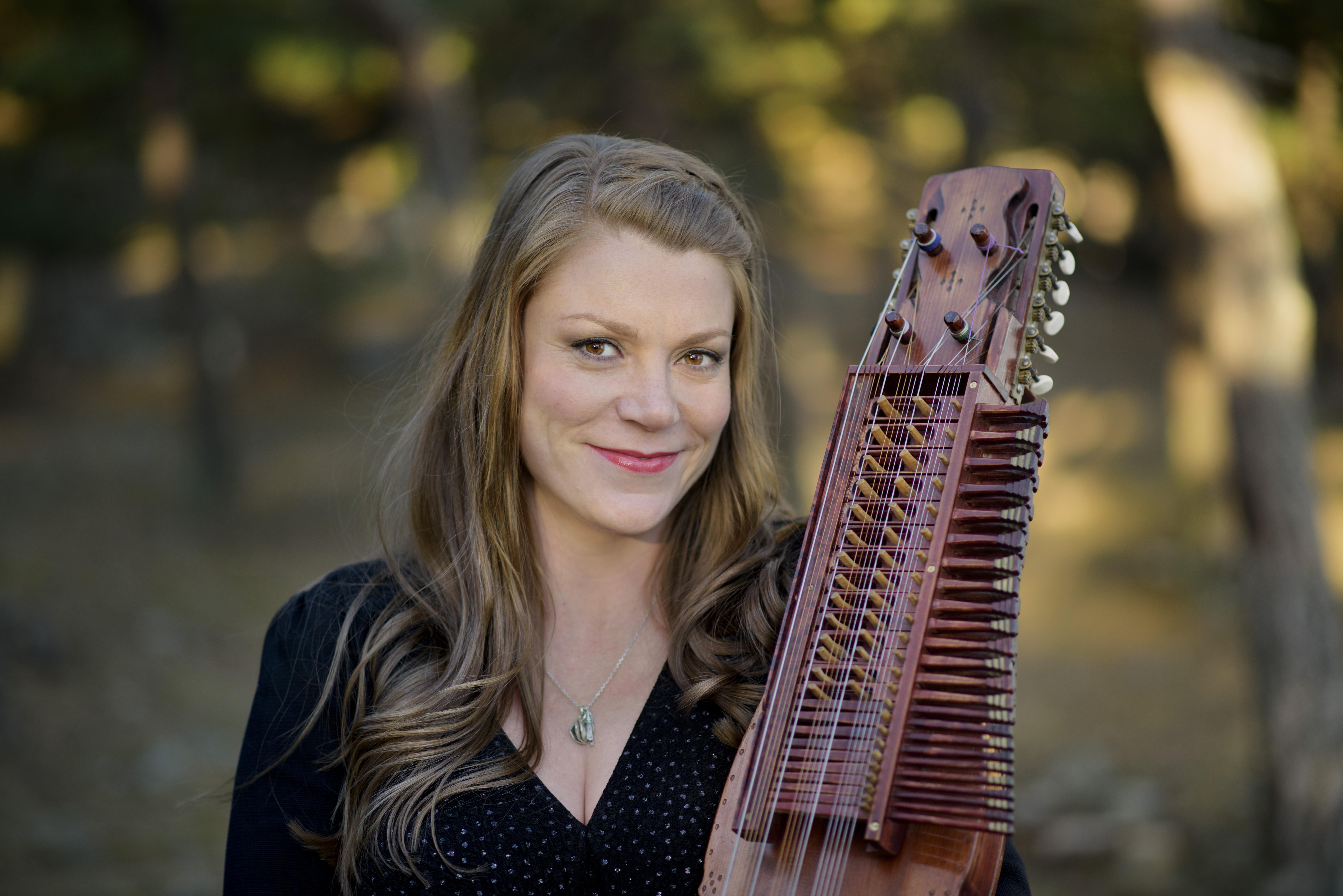 Emilia Amper: La nyckelharpa tiene sus raíces en el medievo