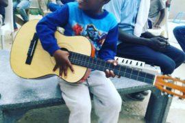 Uno de los niños de Empire Des Enfants (Dakar Senegal) probando una de las guitarras donadas por F4BRICAFEST 2018
