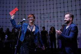 La artista Cristi Pérez recoge el premio de manos del viceconsejero de Cultura del Gobierno de Canarias, Juan Márquez