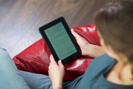 Usuaria con lector de libros electrónicos (2)
