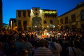 Visión nocturna de la Casa de Colón con una de las actividades del Temudas Fest en la plaza