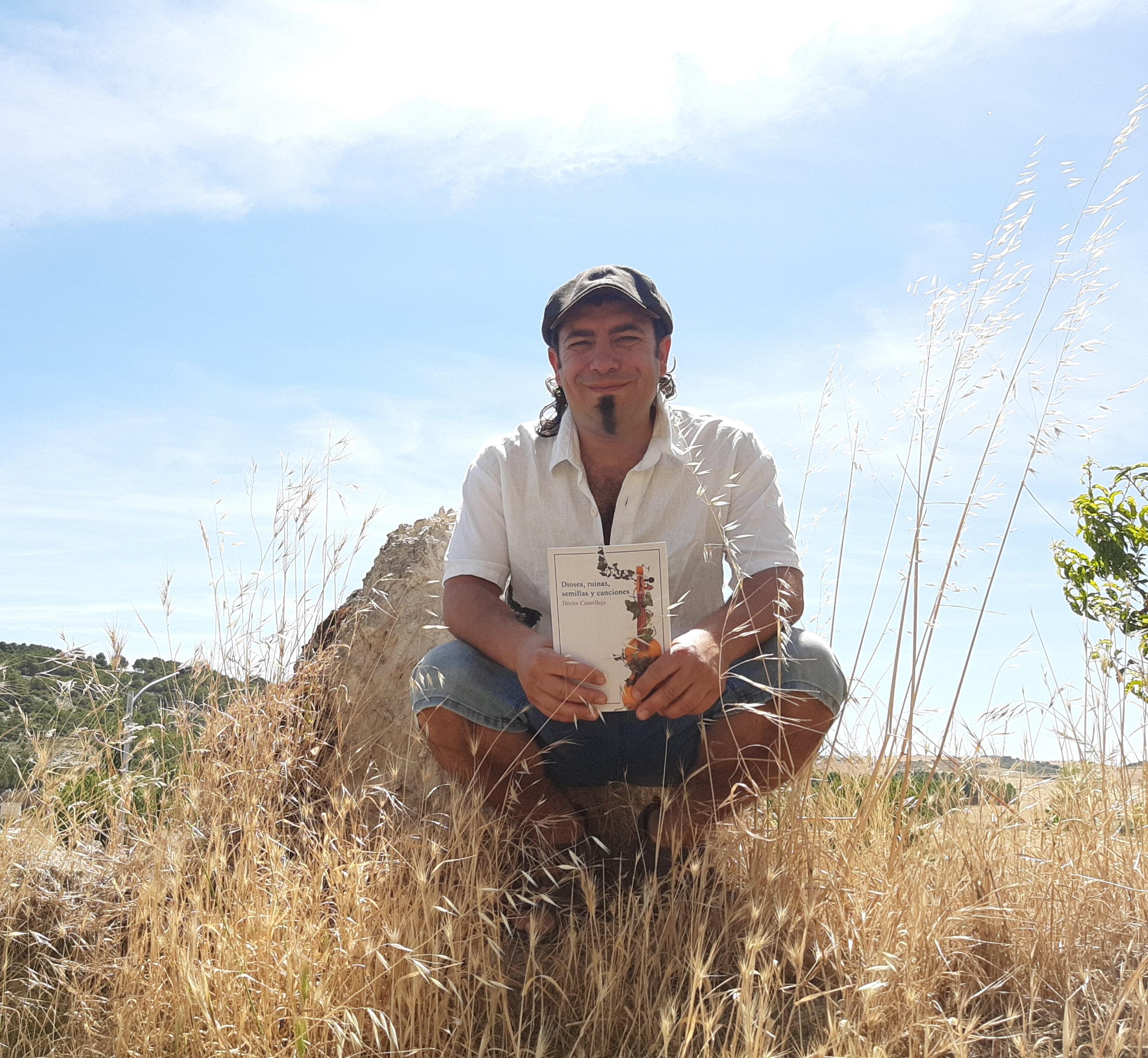 El poeta y escritor Héctor Castrillejo publica 'Dioses, ruinas, semillas y canciones'