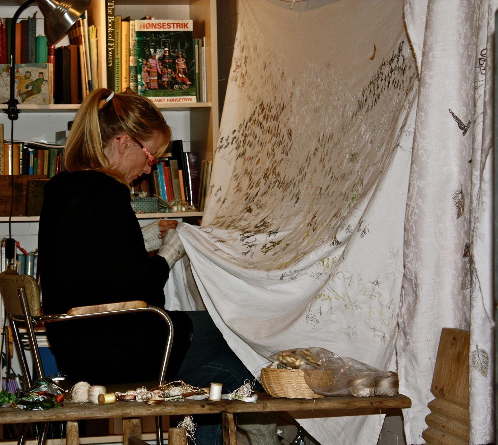 El MUNA expone un delicado bordado a mano de Kristine Fornes, inspirado en arte rupestre canario
