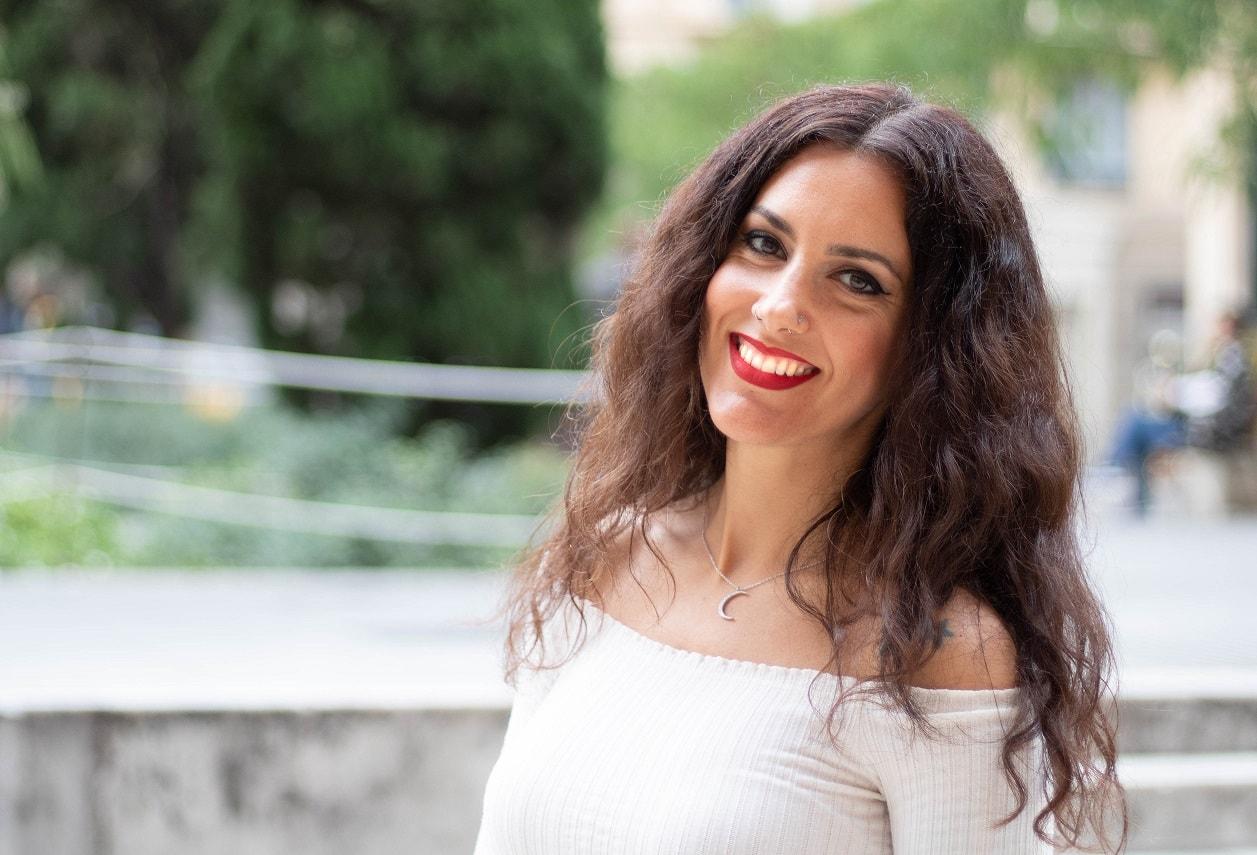 Cada mes de abril es el nuevo single de la cantante Paula Domínguez