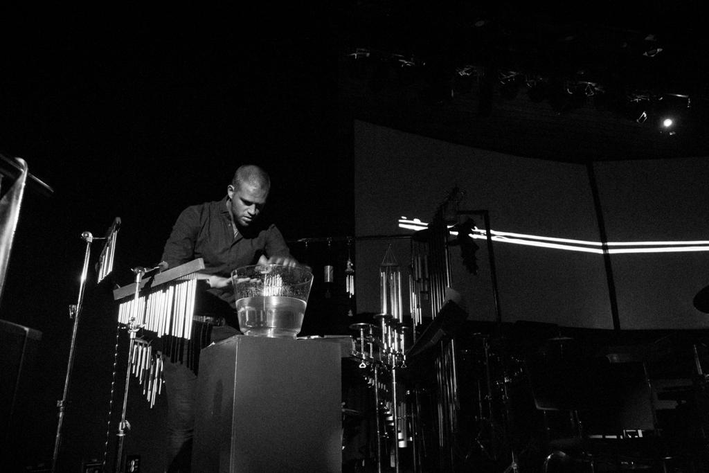 La percusión y la danza se fusionan para dar vida a Tránsito en el Festival En Paralelo
